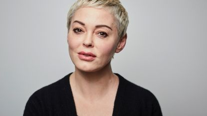 """Onze redactrice sprak met celebs in lockdown - DEEL 9. Rose McGowan: """"Nog een jaar om een oplossing te zoeken, anders zit ik serieus in de problemen"""""""