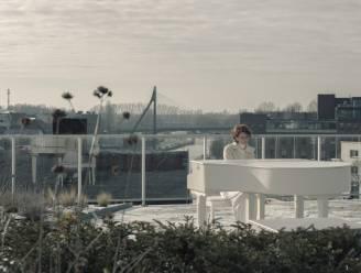 Katrien Verfaillie, die 424.000 views scoorde met haar coronahit 'Kunnik nemi na joen komn', draagt nieuwe nummers aan alle zorgenden op