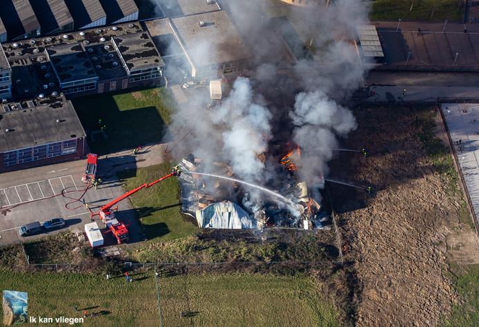 Piloot Jeroen Komen vloog vrijdag over Zaltbommel en maakte deze foto van de brandende bouwhal.