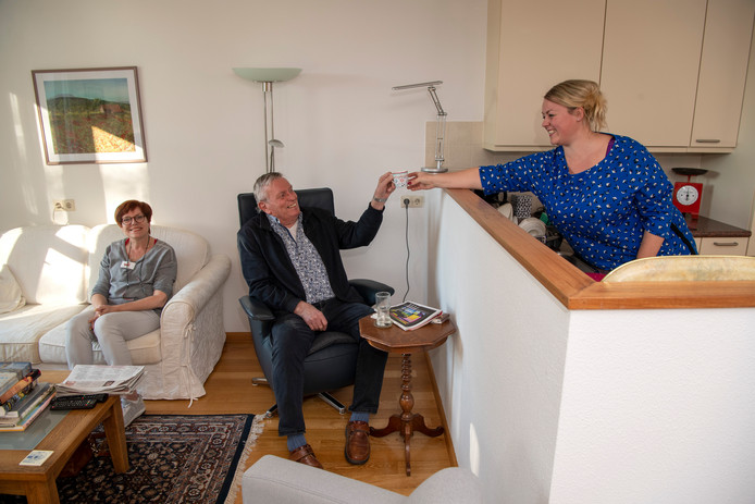 Corine Eesinge-Westert (l) en Agnes van Lohuizen-Haverkort helpen de heer Bos op weg in Dedemsvaart.