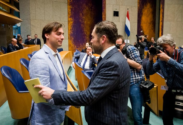 Thierry Baudet schudt de hand van Klaas Dijkhoff (VVD) in de Tweede Kamer. Beeld anp