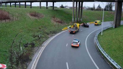 Wagen over de kop op knooppunt Strombeek:  2 gewonden