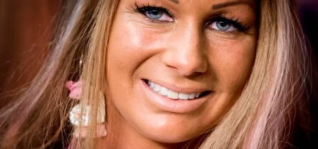 Realityster Barbie weer naar ziekenhuis: 'Ze liet zich zo uit het raam glijden'