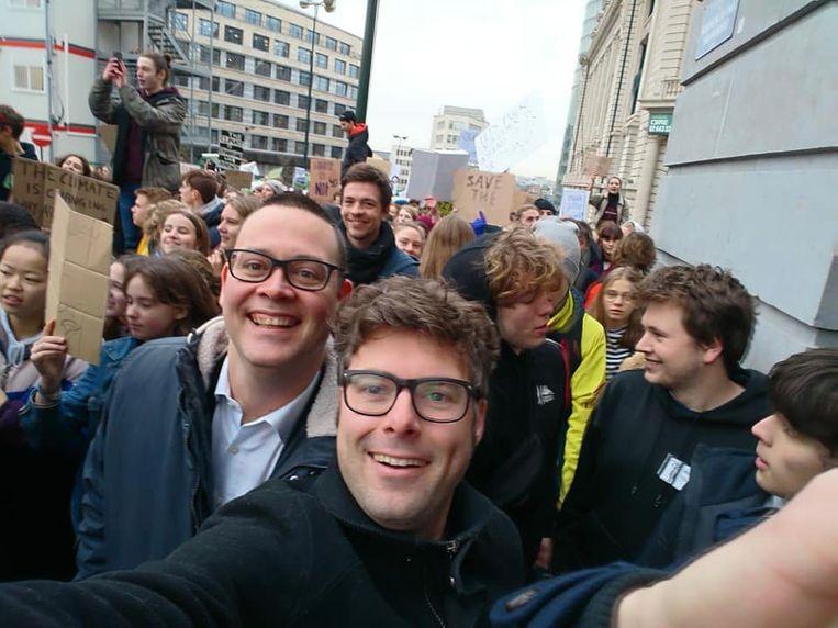 Steven De Vuyst (PVDA) samen met partijgenoot Raoul Hedebouw op één van de marsen van de klimaatspijbelaars.