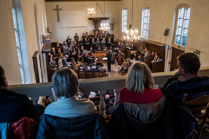 In de stampvolle Johanneskerk te Diepenheim geniet publiek van de Johannes Passion.