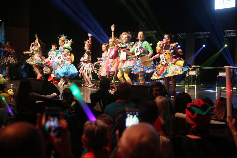 De kandidaten van de Mini Prinsenverkiezing droegen allemaal een kostuum van gerecycleerde materialen.
