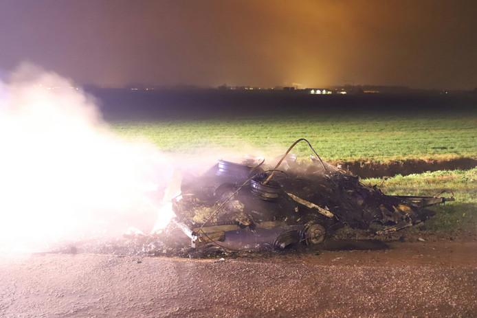 Op de kruising Slimweistraat met de Nieuwstraat in Waardenburg brandde een caravan vol autobranden uit.