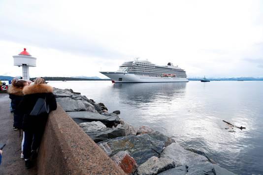 De Viking Sky komt zondagmiddag veilig aan in de haven van de Noorse stad Molde.