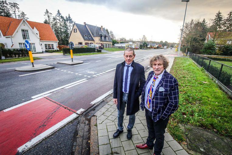 Schepenen Jan Pollet en Frank Casteleyn aan het kruispunt van de Gistelsteenweg en Kerkeweg.