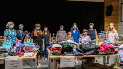 """Vrijwilligers slaan handen in elkaar voor geslaagde tweedehandsbeurs van kledij en speelgoed: """"Kwetsbare gezinnen duwtje in de rug geven"""""""