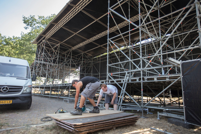Opbouw podium tuinfeest Nirwana in Lierop