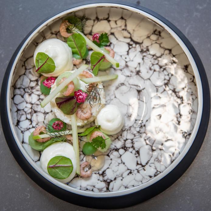 """,,Ons bacchanaal begint met sappige Noordzeekrab in uitmuntend gezelschap van Hollandse garnalen, oester, een schuim van citroengras en toefjes gel van kombu dashi en van groene appel."""""""