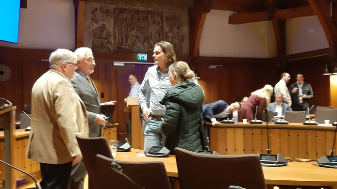 Voorzitter Rien Brans (l) van de wijkraad Heusdenhout en inspreker Lein Labruéijre rechts van hem na afloop van het burgerinitiatief.
