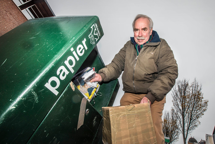 Fred Vorstman fietst - 'Voor het milieu'- al jaren met een doos oud papier van huis naar de papiercontainer in het Statenkwartier.