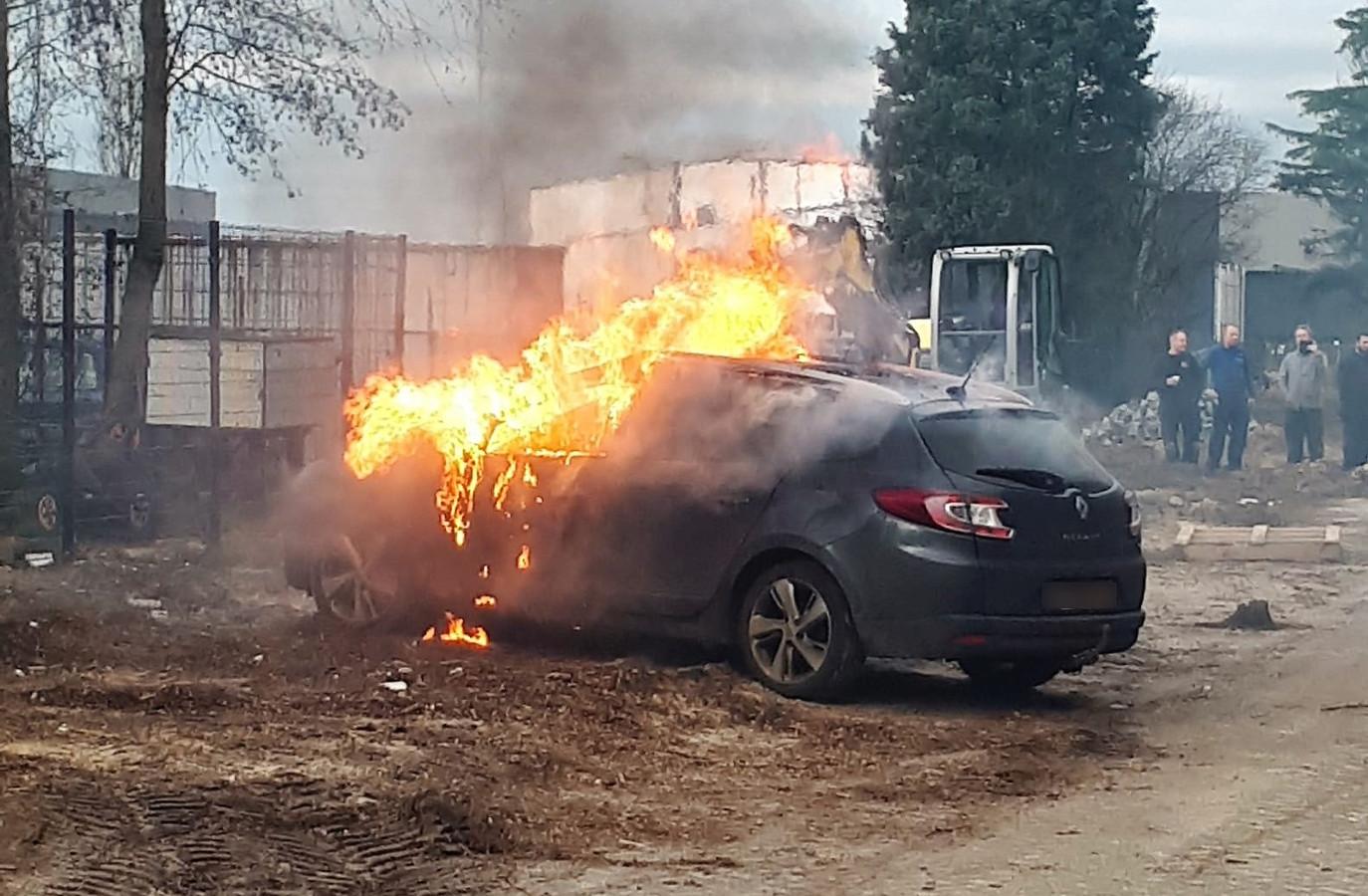 De auto raakte total loss door de brand.