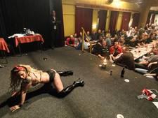 Mannenbingo met ballen en striptease