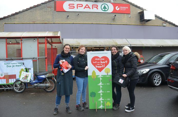 Enkele medewerkers van de Spar in Denderwindeke demonstreren de actie.