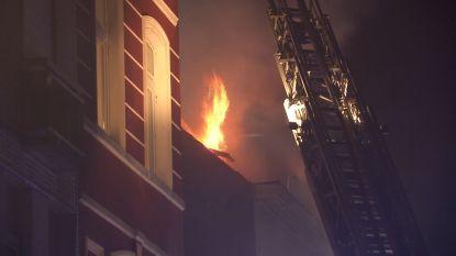 Zware uitslaande brand vernielt woning in Nieuwstraat: ook twee aanpalende huizen onbewoonbaar