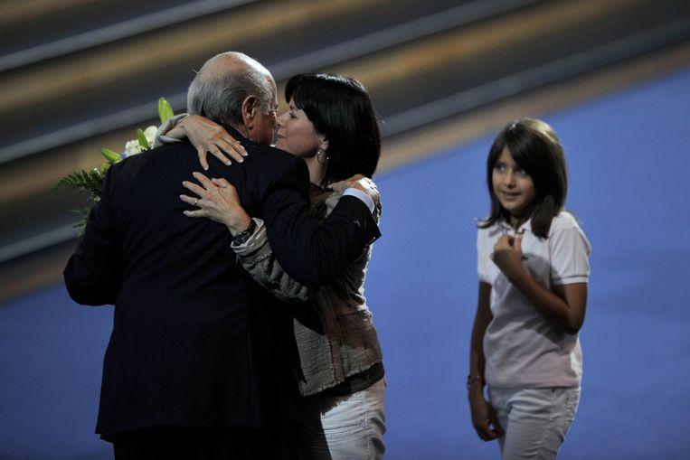Sepp Blatter wordt in juni 2011 in Zürich gefeliciteerd door zijn dochter Corinne met zijn herverkiezing als FIFA-voorzitter, kleindochter Serena kijkt toe. Beeld AFP
