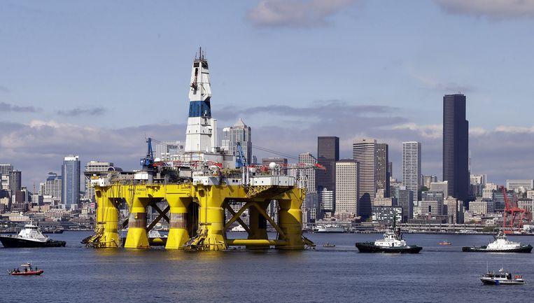 Het olieplatform Polar Pioneer donderdag voor de kust van Seattle. Shell wil daarmee naar olie boren op de Noordpool, tot woede van milieu-activisten. Beeld AP