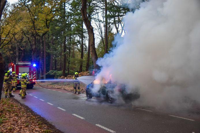Een auto is dinsdag aan het einde van de middag volledig uitgebrand aan de Wolfhezerweg in Wolfheze.