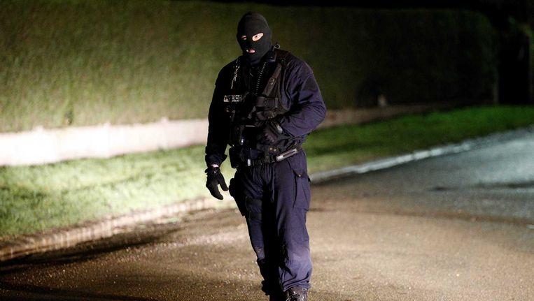 Een agent bij een controlepunt in Villers-Cotterets. Beeld epa