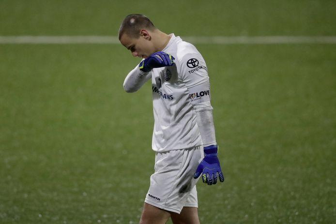 Wouter van der Steen buigt het hoofd. De doelman en aanvoerder van FC Den Bosch kreeg vrijdagavond zes doelpunten tegen.