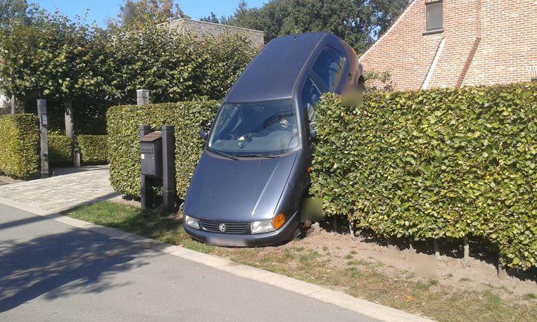 De auto belandde verticaal in de haag.