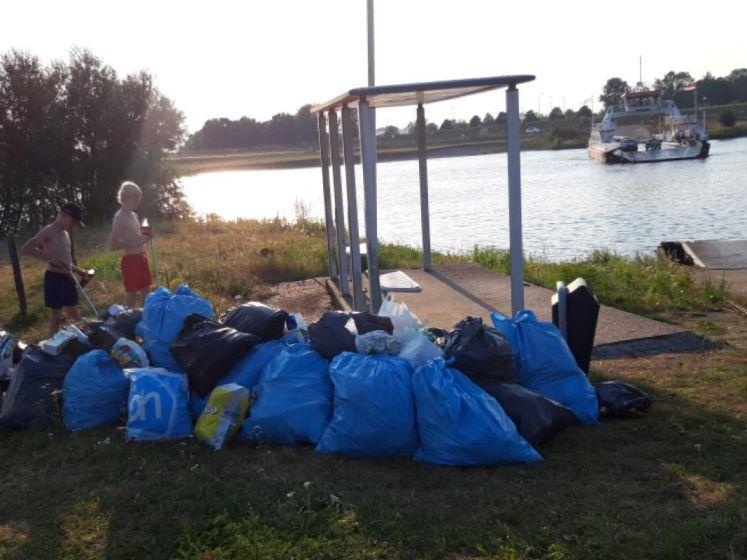 'Opruimhelden' Rens en Levi (13) maken strand langs de Lek schoon