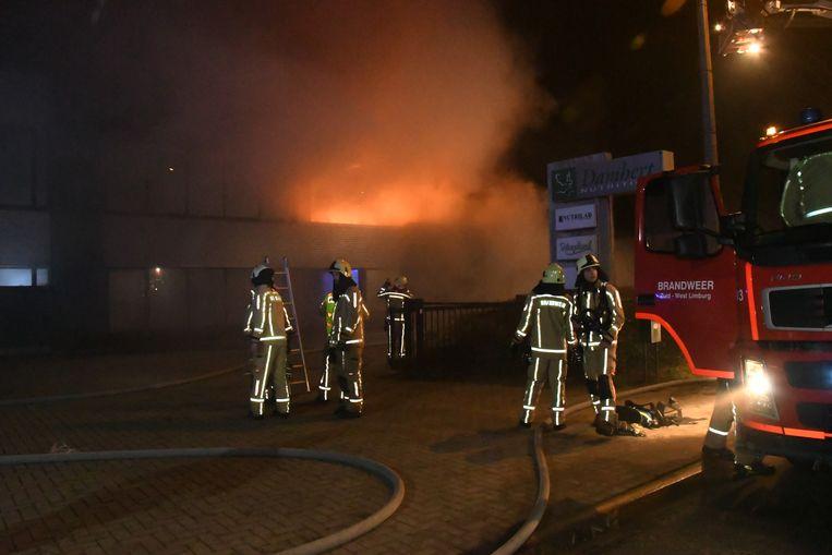 Vooraan in het gebouw woedde een hevige, smeulende brand