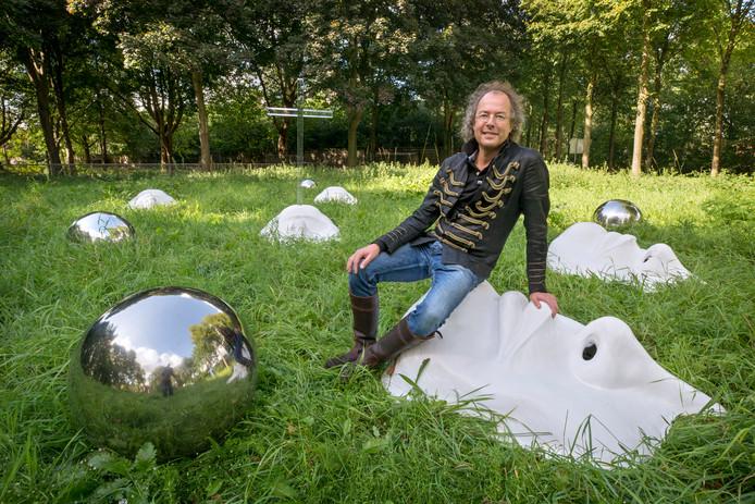 Kunstenaar Arnix Wilnoudt bij zijn kunstwerk dat oorspronkelijk voor de Biennale Kunst in de heilige Driehoek in Oosterhout gemaakt is.