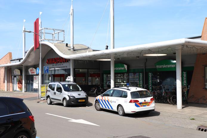 De politie is bij winkelcentrum Kwadrant in Tiel na de overval op de Bruna.