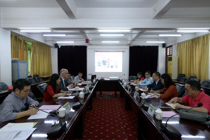 Joep Houterman van het College van bestuur van Aeres in gesprek met vertegenwoordigers van de Chinese Zhongkai University. Beide scholen gaan samenwerking op het gebied van onderwijs, onderzoek en kennisdeling.