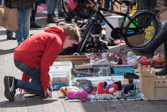 De vrijmarkt in Beuningen is druk bezocht op Koningsdag 2017.