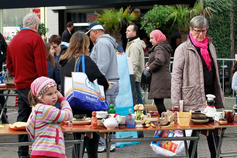 Bezoekers bekijken de spullen op de Geefmarkt.
