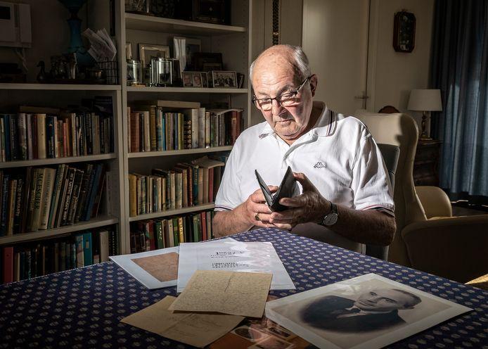 Joop Will met de portefeuille en de afscheidsbrief van zijn vader die na 70 jaar werd gevonden in de Arolsen Archieven. In dit archief liggen nog duizenden persoonlijke eigendommen van vroegere kampgevangenen.