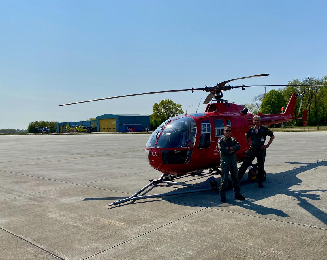 Marck Haerkens en medevlieger Rob Evenhuis, tevens eigenaar van de Bölkow Bo-105 DBS, bij de helikopter van de Stichting Zorgvleugels die sinds kort paraat staat op vliegbasis Volkel.