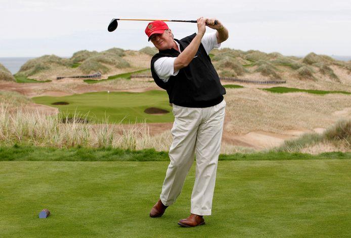 De Amerikaanse president Donald Trump oefent zijn swing op de Trump International Golf Links-baan op het Menie-landgoed  nabij Aberdeen, in 2011.