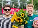 Frank Haagen (links) en Thibaud van der Steen van Breda Maakt Mij Blij. Ook zonnebloemen brachten ze al aan de man. Nu dus gladiolen.