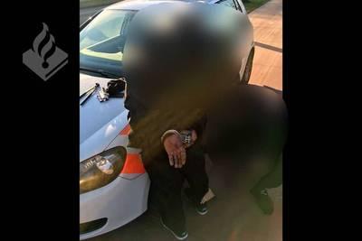 Dieven proberen voor ogen van agenten fiets in auto te laden in Teteringen
