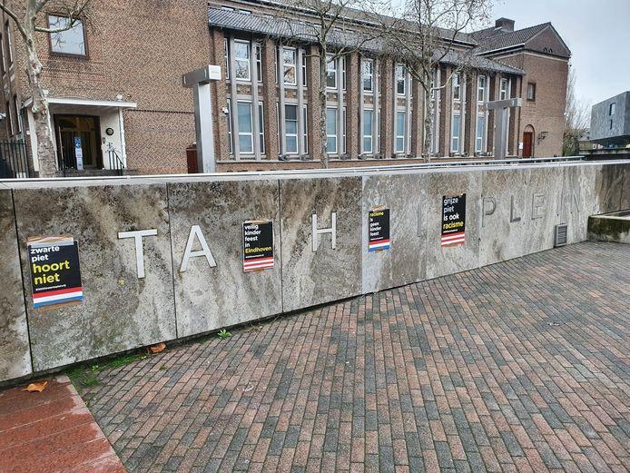 Tegenstanders van grijze piet hebben donderdag posters opgehangen op het Stadhuisplein in Eindhoven.