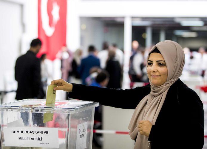 Turkse Nederlanders brengen hun stem uit voor de president en het parlement van Turkije.