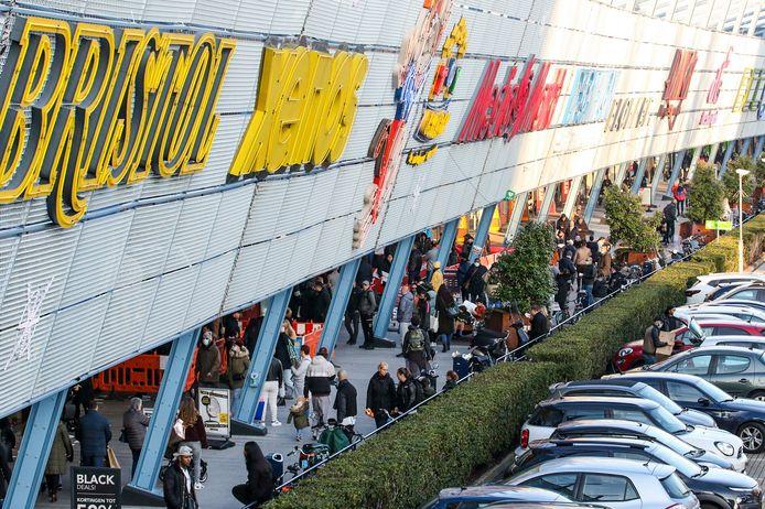 Ook in winkelcentrum Alexandrium in Rotterdam zag het zwart van de mensen.