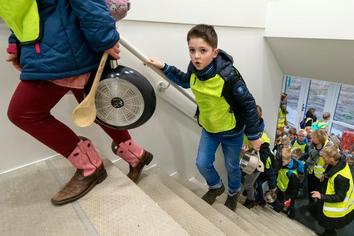 De leerlingen van de Dorpsschool in Rozendaal tijdens de opening van de nieuwbouw, eind november 2018.