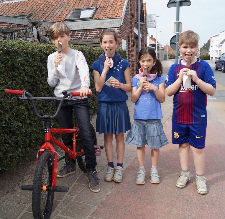 Alain (9), Ella (7), Lotte (9) en Jesse (9) likken van hun frisco's.