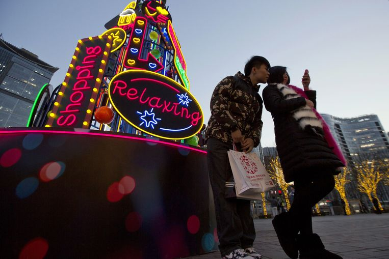 Een 'kerstboom' van neonlichten in Peking. Beeld ap