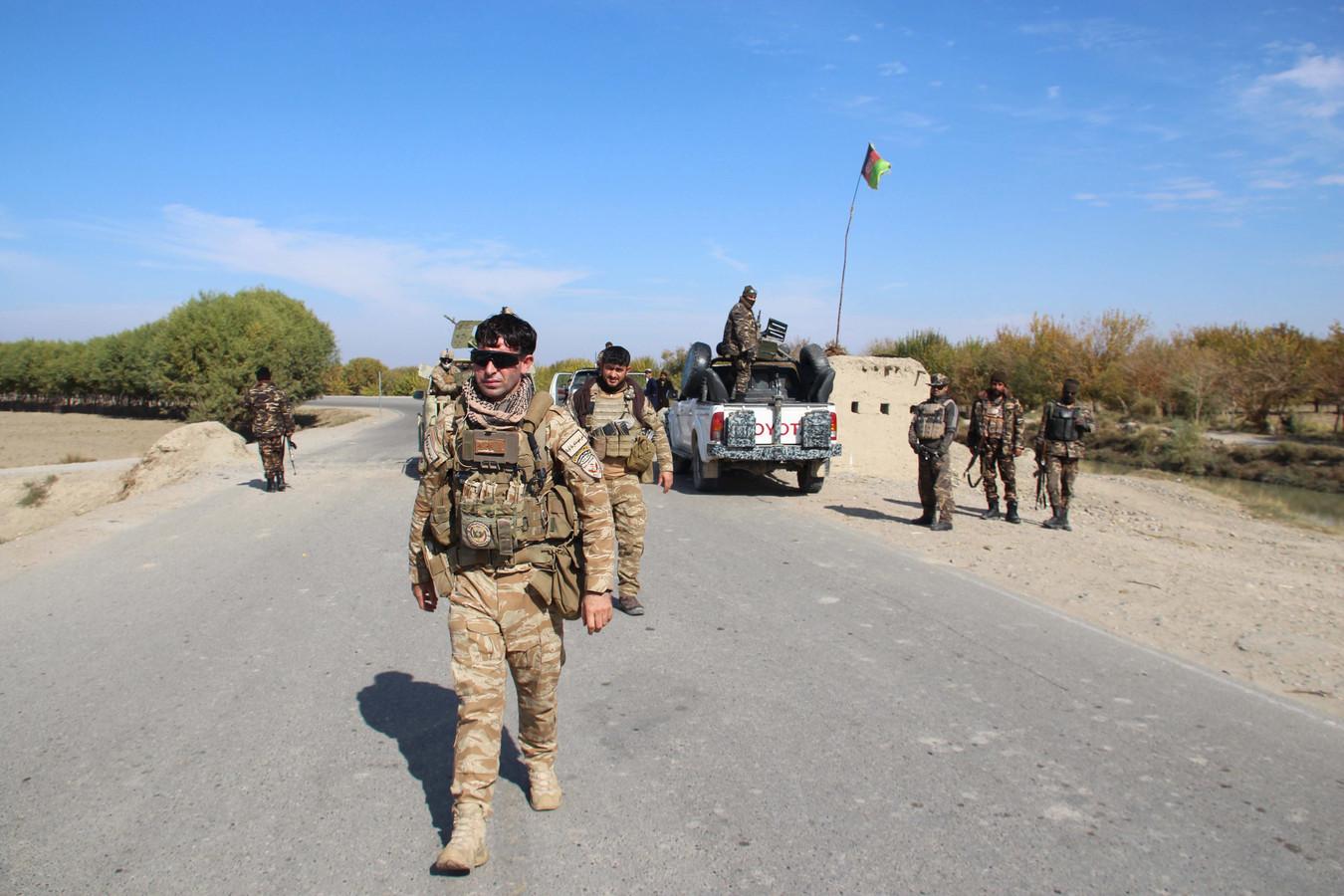 Afghaanse veiligheidstroepen controleren de wegen.