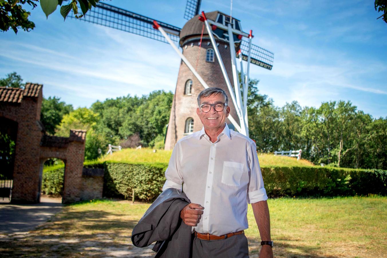 Wethouder Loermans bij de Molen op de Kapelberg.
