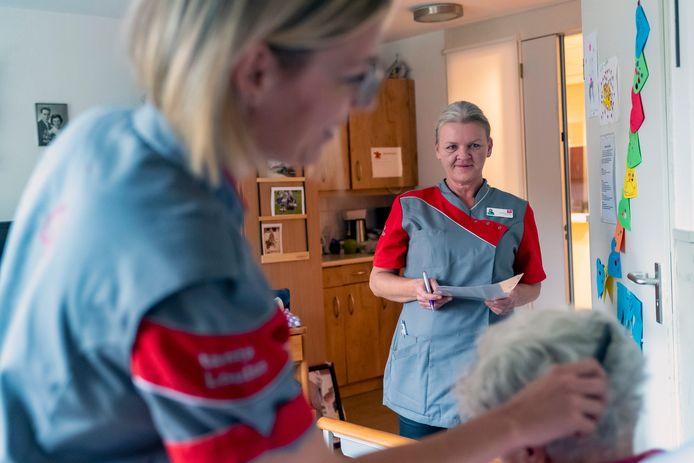 Pijnconsulent Natasja Reijnders (midden) observeert pijnsignalen, terwijl verpleegkundige Christine Verhagen bij Mariahove-bewoonster Nelly van der Steeg de haren borstelt.