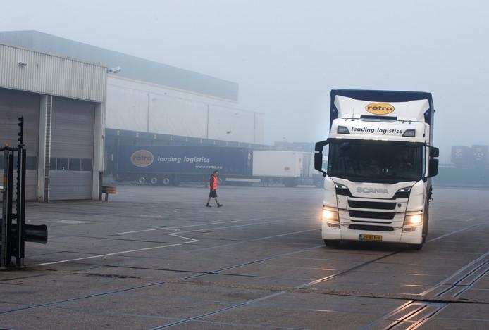 Elke ochtend is het een komen en gaan van vrachtwagens van Rotra in Doesburg.